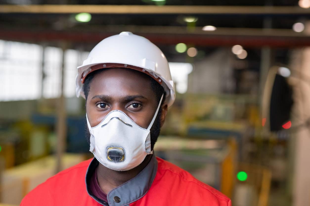 travailleur isolé usine