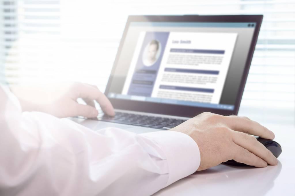Utiliser une plateforme professionnelle pour télécharger votre CV